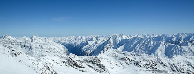 Зимний пейзаж, панорама горнолыжного курорта с горнолыжными трассами. альпы. австрия. питцлер глетчер. wildspitzbahn Premium Фотографии