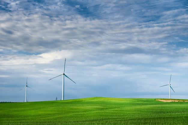 Ветряк в поле. концепция энергии ветра. возобновляемая энергия для защиты климата Premium Фотографии