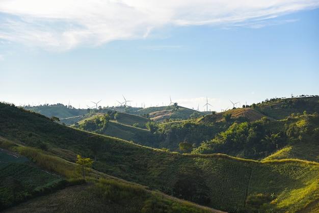 Пейзаж ветряных турбин природная энергия зеленая эко-концепция энергии на ферме ветряных турбин Premium Фотографии