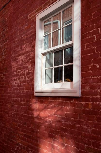 ハンプトンズの建物の窓とレンガの外側 Premium写真