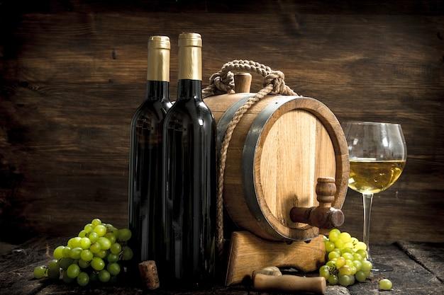 와인 배경. 녹색 포도의 가지와 화이트 와인의 배럴. 프리미엄 사진