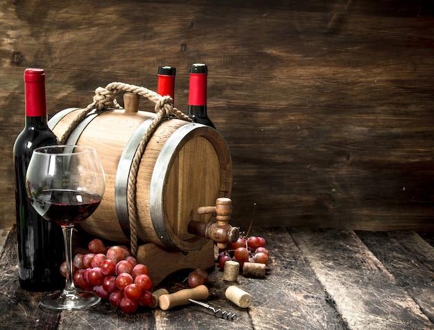 와인 배경. 레드 와인과 갓 포도를 넣은 배럴. 프리미엄 사진