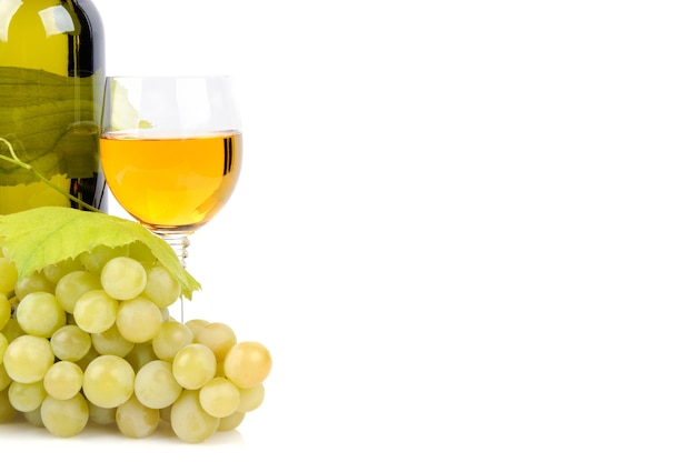 白で隔離のワインボトル、ガラス、ブドウ 無料写真