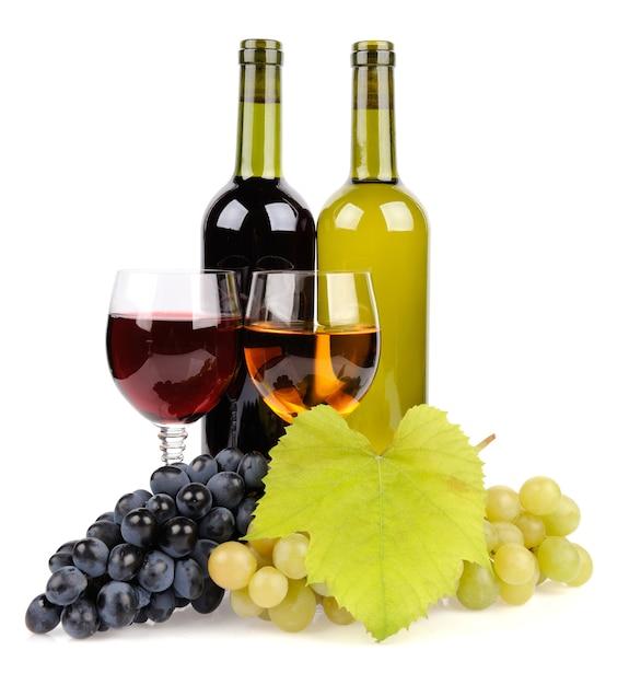 Бутылка вина, стекло и виноград, изолированные на белом фоне Бесплатные Фотографии