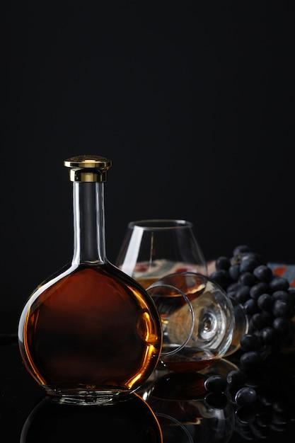 Бутылка вина с бокалом и виноградом Бесплатные Фотографии
