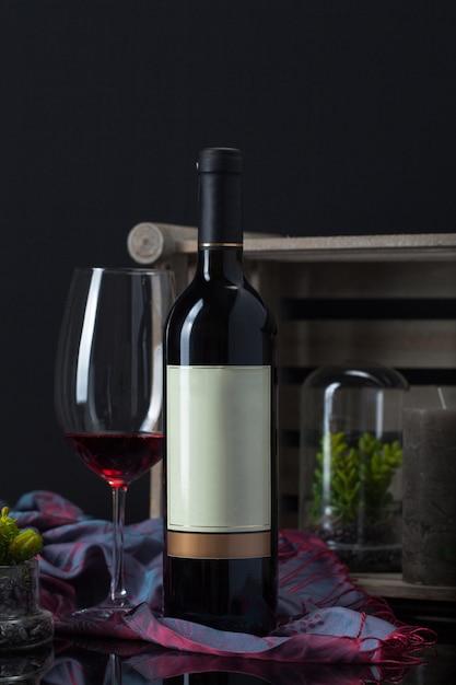 ゴブレット、植物、スカーフ、キャンドル、木箱付きワインボトル 無料写真