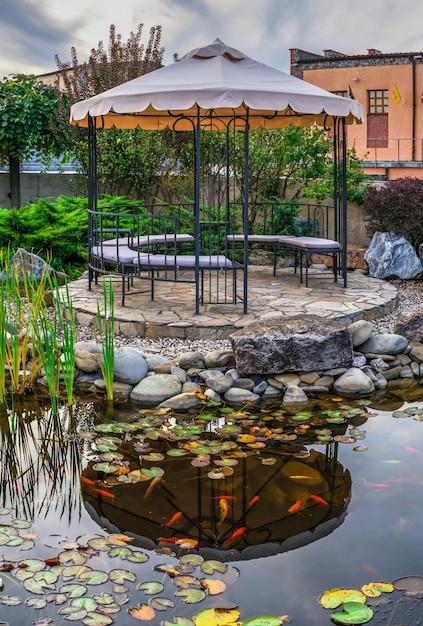 Винный культурный центр и винодельня в шабо, украина Premium Фотографии