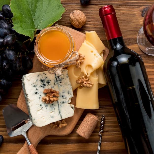 木製の背景の上に食べ物とワイン 無料写真