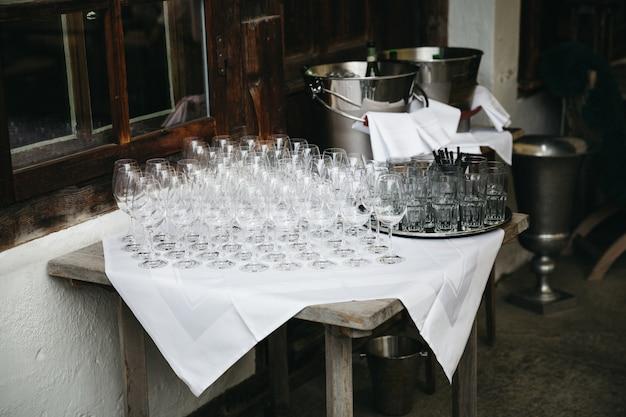 ワイングラスはレストランの前のテーブルの上に立つ 無料写真