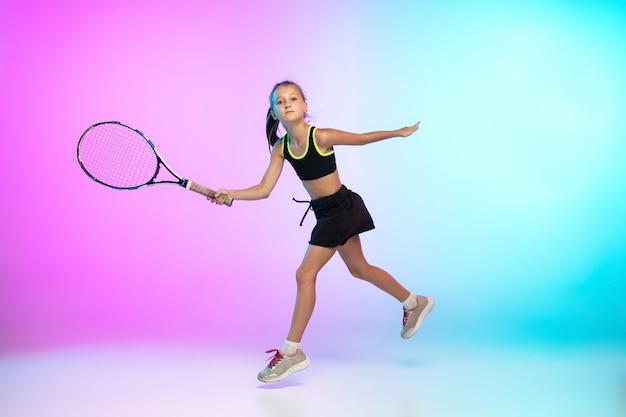 勝者。グラデーションに分離された黒のスポーツウェアのテニス少女 無料写真