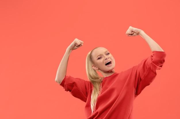 Выигрывая успех женщина счастлива восторженно празднует быть победителем. Бесплатные Фотографии