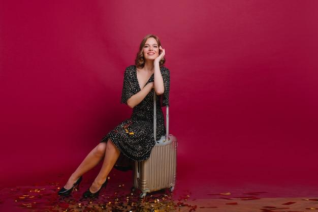 친구와 파티 후 가방에 앉아 높은 뒤꿈치 신발 Winsome 소녀 무료 사진