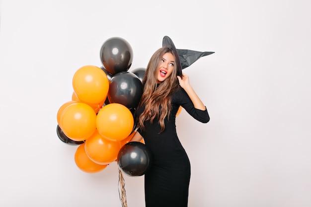 Очаровательная стройная женщина позирует с разноцветными воздушными шарами Бесплатные Фотографии