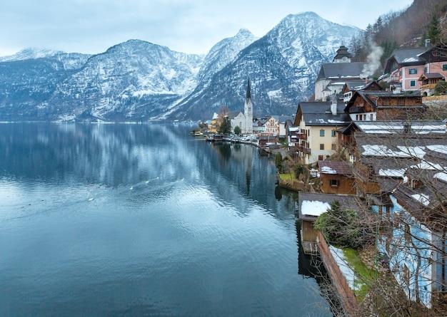 Зимний альпийский город гальштат и вид на озеро хальштаттер (австрия) Premium Фотографии