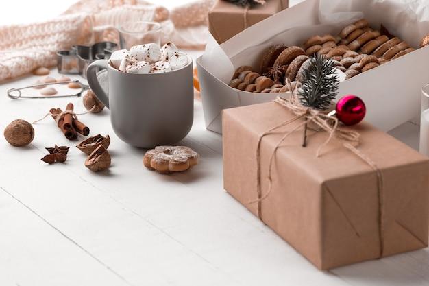 Composizione invernale. regali e tazza con marshmallow Foto Gratuite
