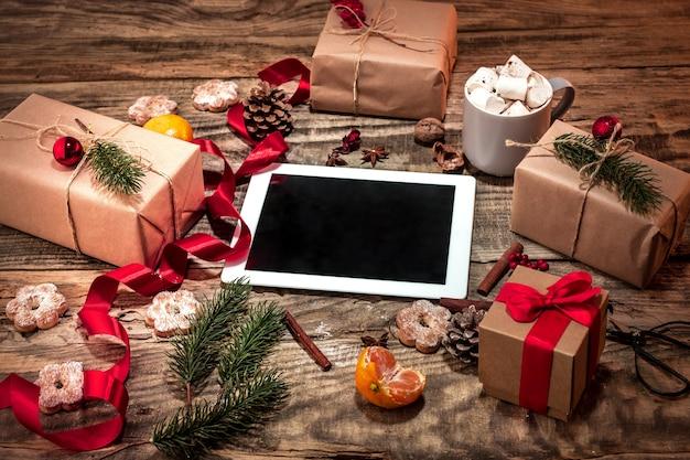 La composizione invernale. i regali e la tazza con marshmallow Foto Gratuite