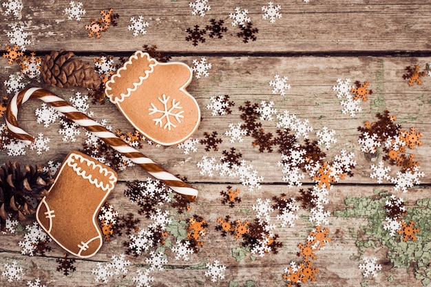 Winter composition with lollipop, gingerbread cookies and pine cones Premium Photo