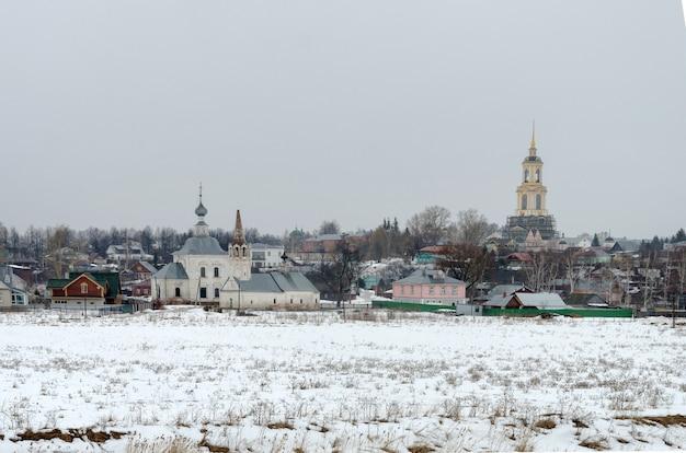 Зимний день в российском городе суздале. один из самых популярных городов золотого кольца Premium Фотографии