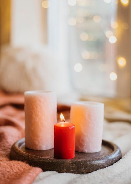 Disposizione hygge invernale con candele Foto Gratuite