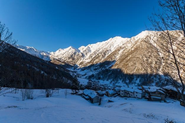Winter landscape at sunrise Premium Photo