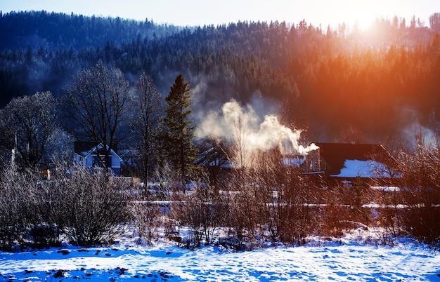 冬の山の森。素晴らしい冬の風景。雪に覆われた山々と完璧な青空 Premium写真
