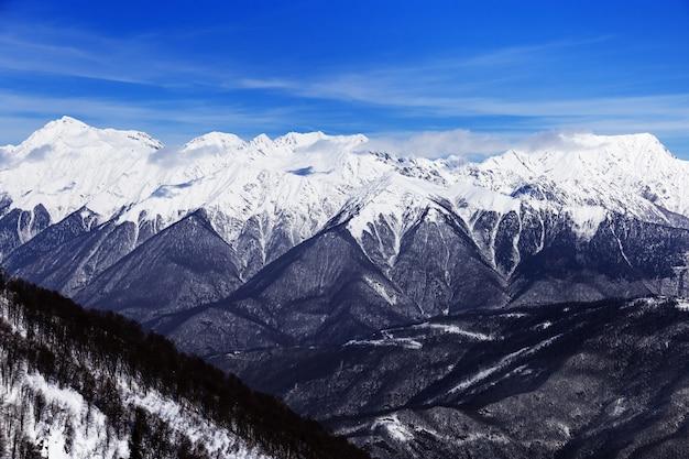 Зимние горы и голубое небо, вершины кавказского хребта. Premium Фотографии