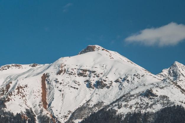 クラスナヤポリヤナの冬の山 Premium写真