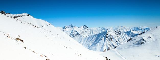 Зимние заснеженные горные вершины в грузии Premium Фотографии