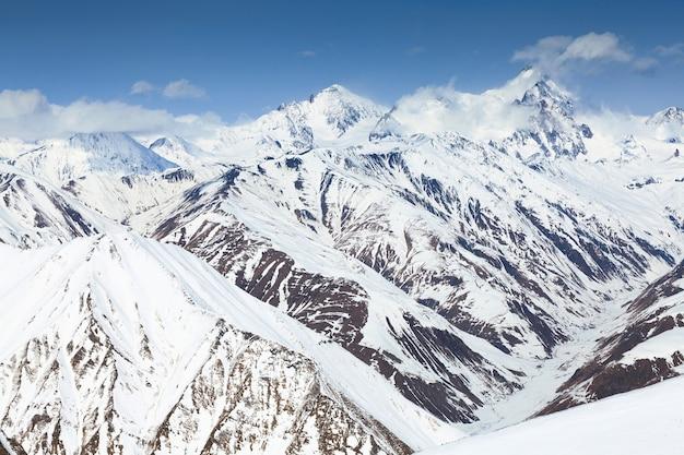 Зимние снежные горы Premium Фотографии