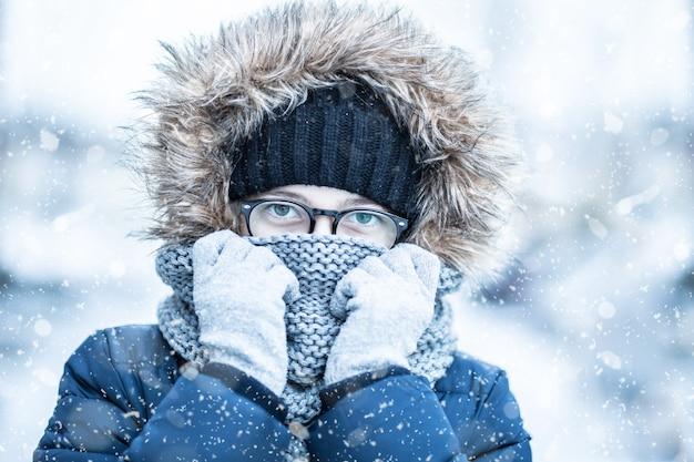暖かい服を着た少女の冬の雪の肖像画 Premium写真