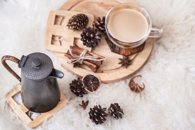 Зимний натюрморт с шишками и горячим напитком с чайником. вид сверху. понятие комфорта Бесплатные Фотографии