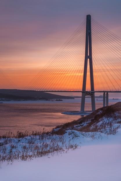 Зимний закат с новым снегом и длинным вантовым мостом во владивостоке, россия Premium Фотографии