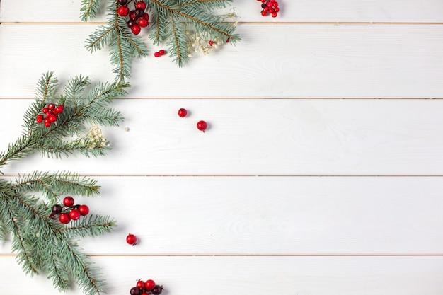クリスマスの装飾と冬の木製の背景 Premium写真