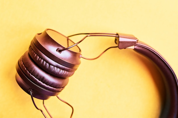 Wireless headphones on pastel backgrounds Premium Photo