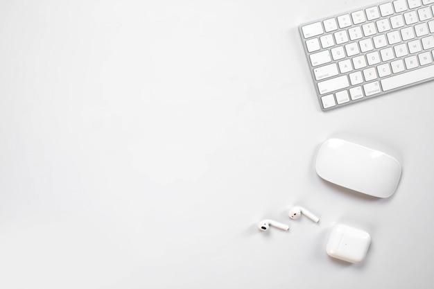Беспроводная клавиатура и мышь и наушники на столе Бесплатные Фотографии