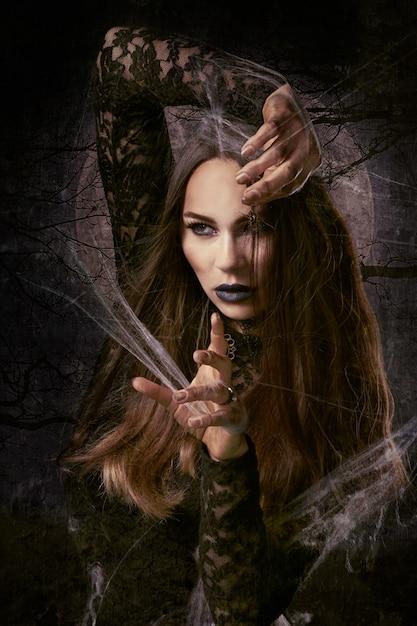 Ведьма делает заклинание Бесплатные Фотографии