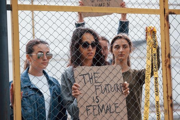 노란색주의 테이프로. 페미니스트 여성 그룹이 야외에서 자신의 권리를 위해 항의 무료 사진