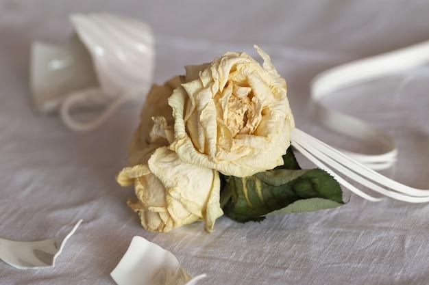 枯れたバラ、壊れたカップ。概念関係の危機 Premium写真