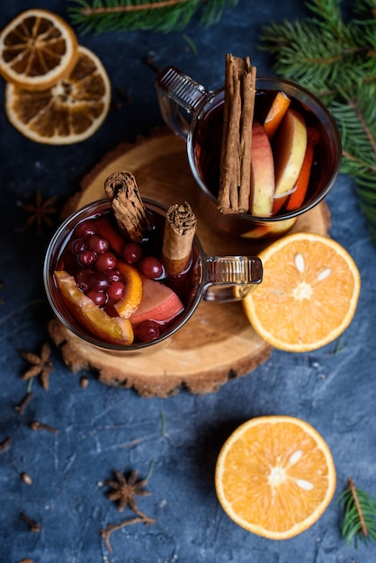 オレンジで飾られた真っ赤なグリューワインのグラス Premium写真