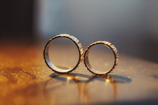 Обручальные кольца соло на woden столе Бесплатные Фотографии