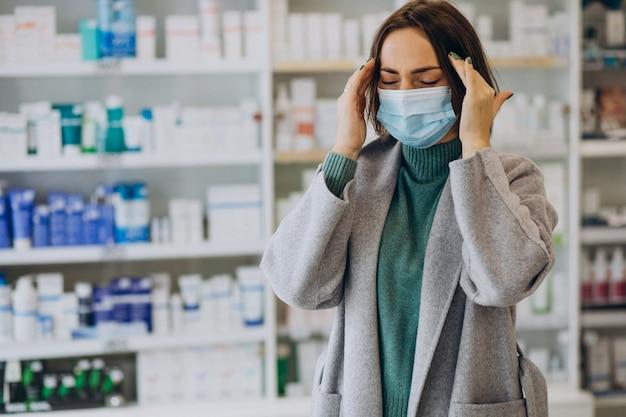 Cliente womam con mal di testa in farmacia Foto Gratuite