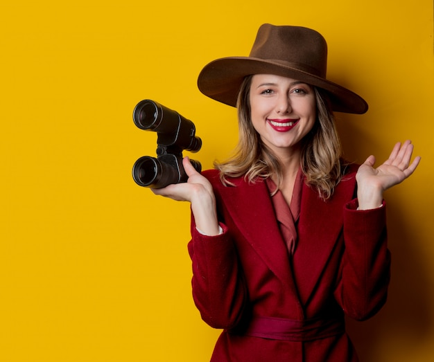 Woman in 1940s style clothes and binoculars Premium Photo