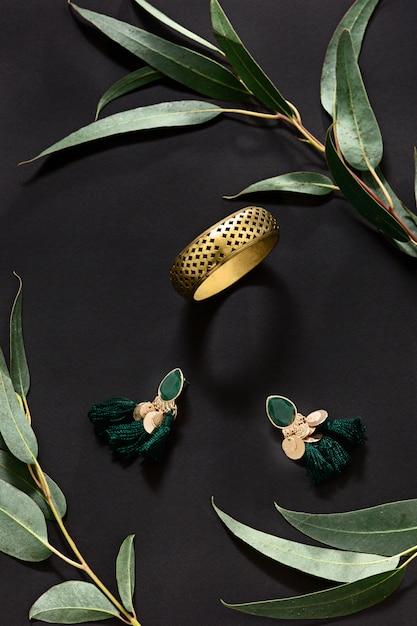 Женские аксессуары с листьями на черном Бесплатные Фотографии