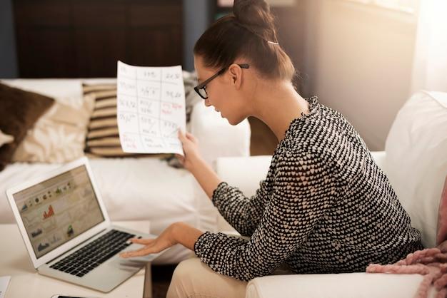 컴퓨터에서 작업에 애정을 가진 여자 무료 사진
