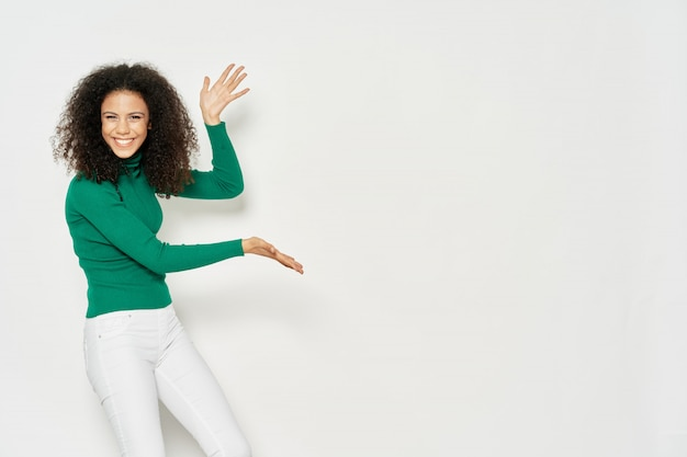 Woman african american showing a product on copyspace Premium Photo