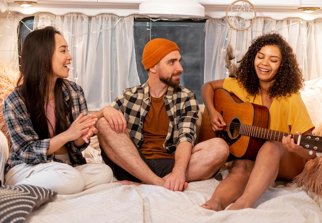 Женщина и друзья играют на гитаре Бесплатные Фотографии