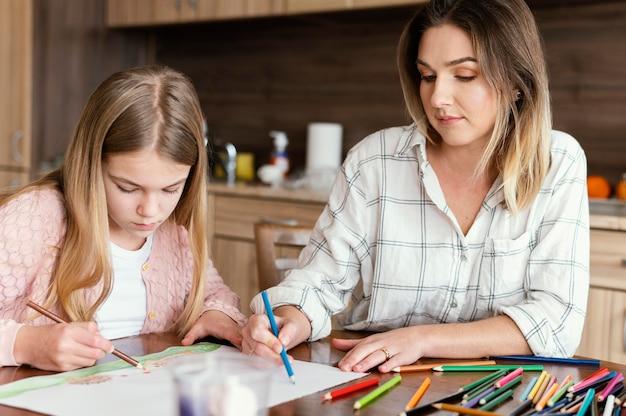 Женщина и девушка рисуют вместе Бесплатные Фотографии