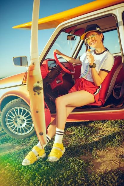 女性と車での幸せな旅 無料写真