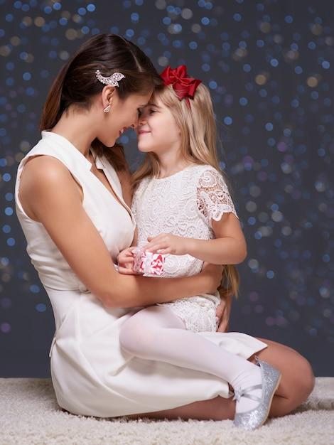 クリスマスの時期の女性と彼女の娘 無料写真