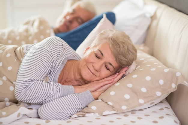 快適に眠る女性と夫 無料写真
